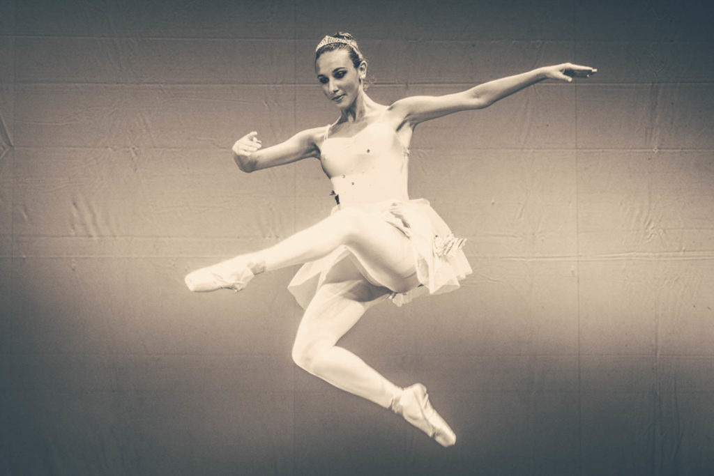 L'espressione del corpo in movimento nei saggi, negli spettacoli di danza e nelle rappresentazioni teatrali. La concentrazione, la tensione e la soddisfazione nelle gare sportive, nei campionati di atletica e ginnastica. Una foto per non dimenticare queste emozioni. Abbiamo collaborato, nella città di Aosta, con: Edileco Run24 ASD Griva Chatillon-Saint Vincent Augusta Praetoria Ginnastica ritmica Institut de Danse du Val d'Aoste SuonoGestoMusicaDanza Il video e le fotografie della galleria sono realizzate per l'Istitut de Danse della Valle d'Aosta.